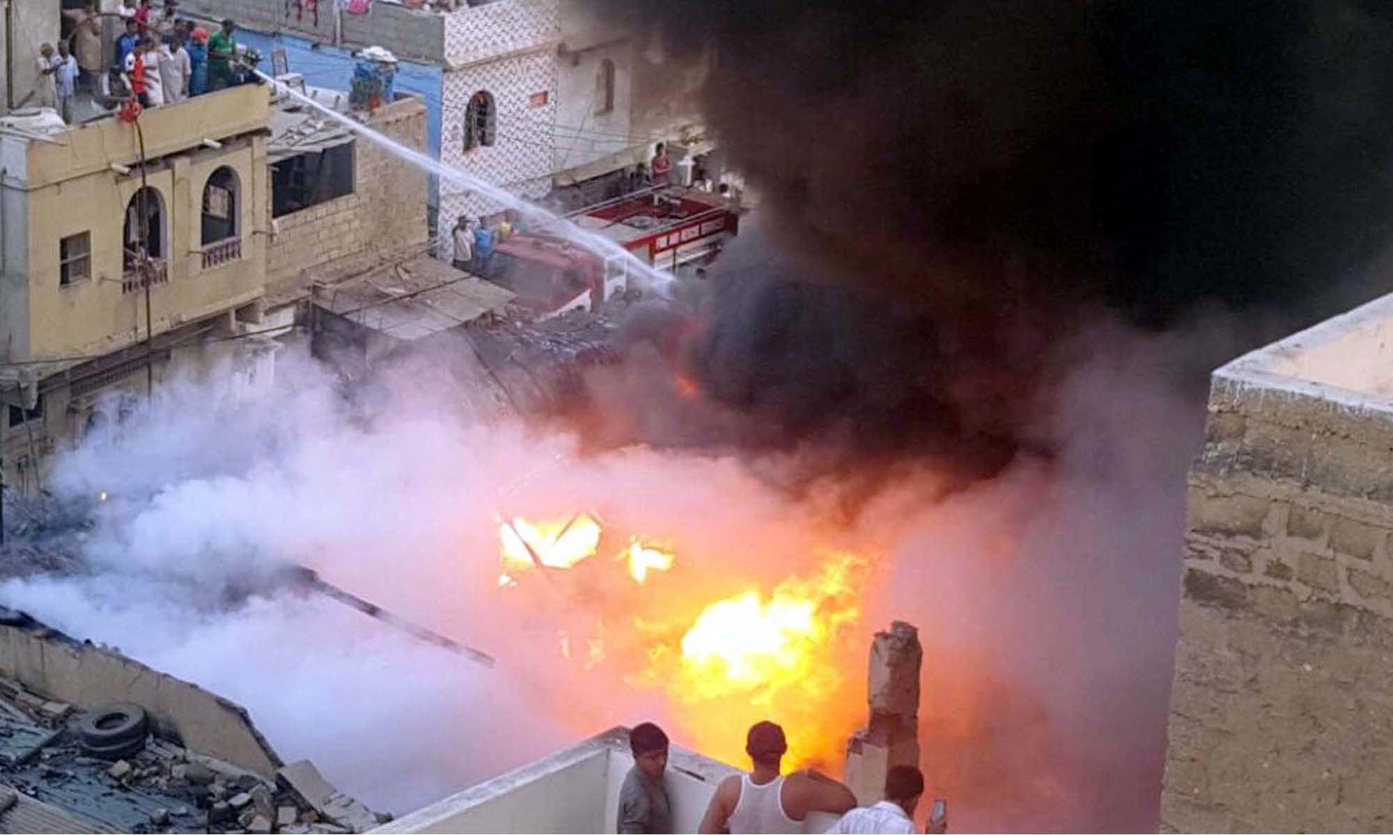 کراچی میں لگی آگ نے فیکٹری نہیں گھر جلا دئیے