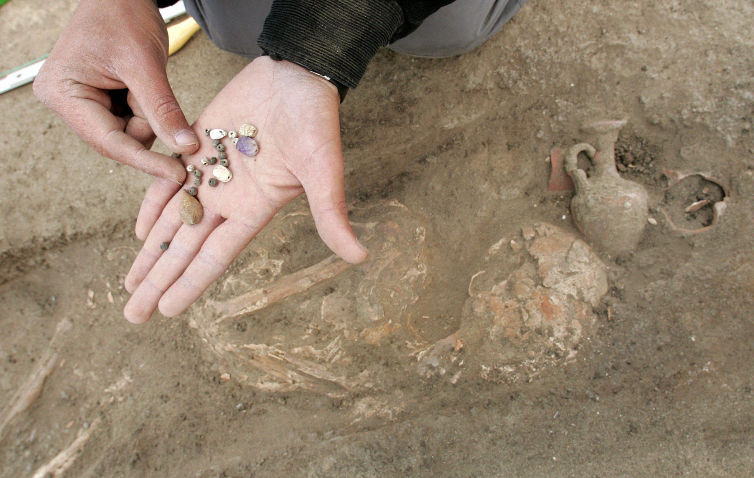 پیرو میں کھدائی کے دوران  800 سال قبل دفن کیے گئے افراد کی باقیات،  برتن اور بانسری دریافت